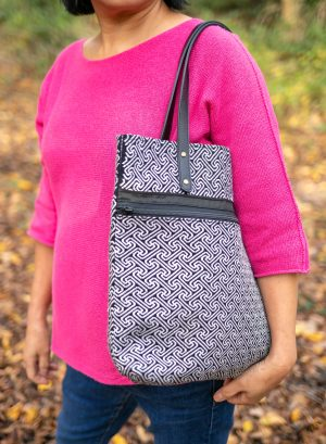 Tote bag with inner zipped pockets